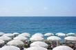 Spiaggia con ombrelloni bianchi