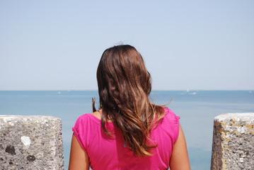 jeune femme admirant l'ocean