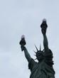 Une statue de la liberté à deux flammes