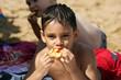 petit garçon entrain de manger