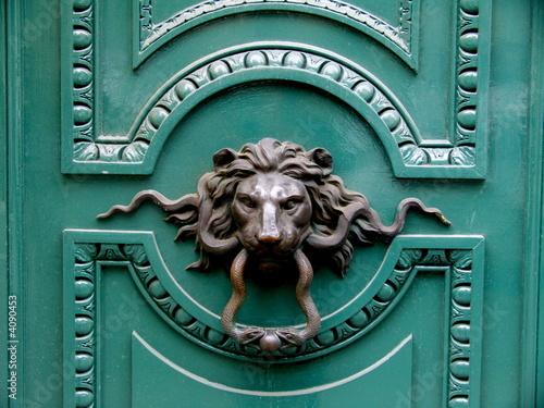 porte verte avec heurtoir en bronze t te de lion paris photo libre de droits sur la banque d. Black Bedroom Furniture Sets. Home Design Ideas