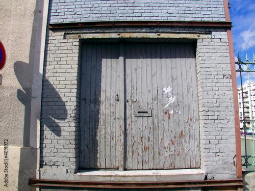 porte en bois grise sur fa ade grise de briques peintes de. Black Bedroom Furniture Sets. Home Design Ideas