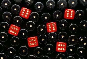 rote würfel zeigen sechs in einer fläche schwarzer einsen
