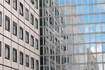 Façade immeuble avec reflet mirroir