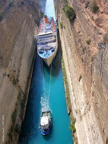 Fotobehang Kanaal Paquebot passant le canal de Corinthe, Grèce
