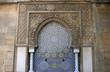Leinwanddruck Bild - fontaine et mosaïque marocaine