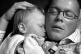 père et fils dormant ensemble poster