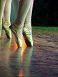 una ballerina in punta di piedi