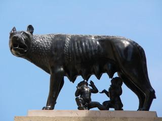 Louve allaitant Rémus et Romulus