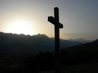 Croix sur soleil couchant