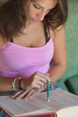 ragazza studia un libro