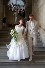 les mariés descendent les marches