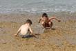 petits garçons entrain de jouer sur la plage