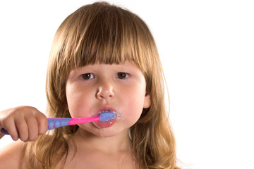Little girl cleaning her teeth