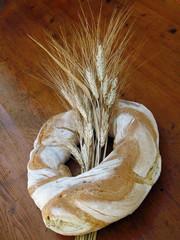 Ciambella di pane casalingo con fascio di spighe di grano