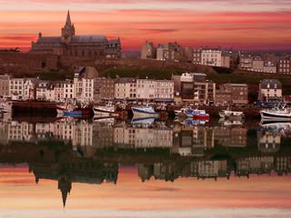 Reflets dans un port de Normandie