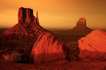Wschód słońca w Monument valley
