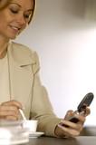 Donna invia messaggio sms poster