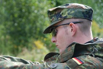 Deutscher Bundeswehr Soldat mit Schießbrille