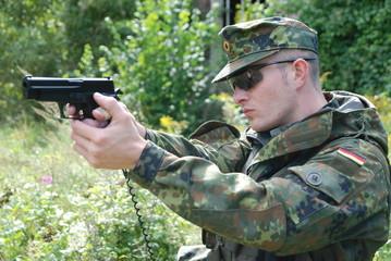 Bundeswehr Soldat zielt mit der pistole