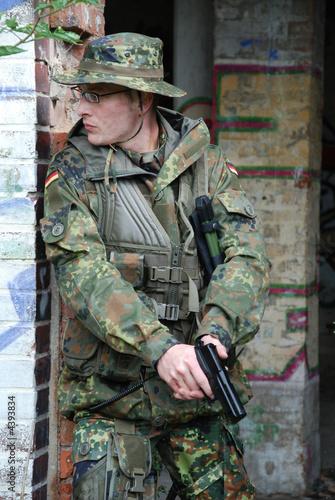 bundeswehr soldat mit pistole und flecktarn uniform. Black Bedroom Furniture Sets. Home Design Ideas
