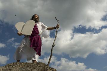 Moses mit Steintafeln vor Wolkenhimmel
