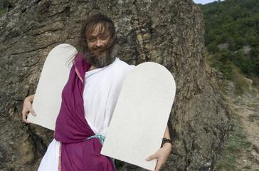 beschwingter Moses mit Steintafeln