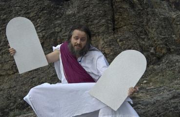 unentschlossener Moses mit Steintafeln