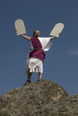 Moses triumphiert mit den Steintafeln der 10 Gebote