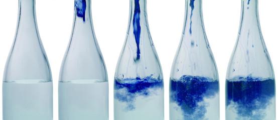 bottiglie con acqua colorata - blu