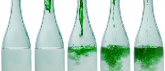 bottiglie con acqua colorata - verde