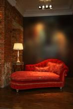 Czerwona kanapa i lampa