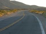 Kurvige Straße durch karge Landschaft