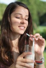 Dona bevent la llet