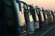 Leinwanddruck Bild - Fila di autobus al tramonto