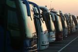 Fila di autobus al tramonto