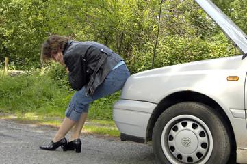 Frau hat Autopanne