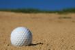 balle de golf dans le bunker