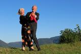 Ehepaar tanzt unter freiem Himmel - Fine Art prints