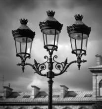 Czarno-biały obraz lamp przeciwko nieba