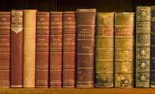 Viele alte Bücher auf einem Bücherregal in der Bibliothek.