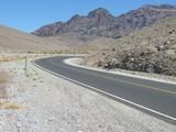 Straße durch Streinwüste