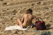 jolie femme assise sur la plage