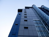 Immeuble moderne en verre avec ascenseur externe, Chine poster