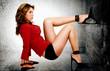 Гранж моды Портрет девушки с ее ногу на стене.