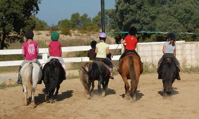 groupe d'enfants a poney