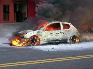 Carro em fogo em frente a Oficina