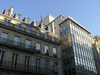 Immeuble ancien en pierre et immeuble moderne en verre
