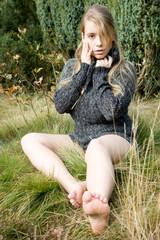 Hübsches Mädchen in Heidelandschaft