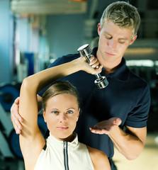 Trainer im Fitnessstuido